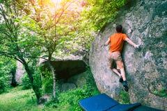 登山人攀登bouldering 免版税图库摄影