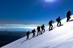 登山人步行在山顶部的在日出时间 免版税库存照片