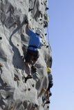 登山人父亲岩石儿子 图库摄影
