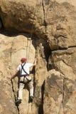 登山人男性岩石前辈 免版税图库摄影
