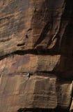 登山人砂岩墙壁 免版税图库摄影