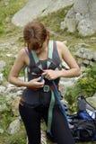 登山人获得女孩准备好 免版税库存照片