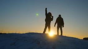 登山人见面在多雪的山顶部并且享受他们的成功,举他们的手和跳快乐 ?? 影视素材