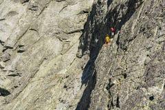 登山人队,当上升在山时 免版税库存照片