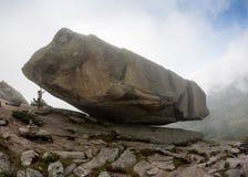 登山人bouldering本质上 在一块大石头的女孩攀登 做体育的妇女户外 运动员参与活动 免版税库存照片