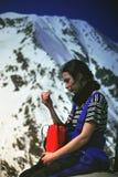 登山人galasescu在高峰休息附近的女孩母马 免版税图库摄影