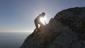 登山家到达山顶 人攀登的山庆祝成功的上升 股票录像