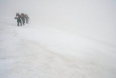 登山家多暴风雨的天气 库存图片