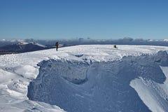 登山家多雪的山顶 图库摄影
