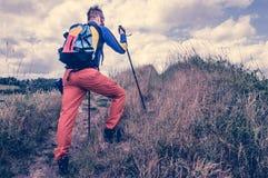 登山家步行的腿在山的 库存照片