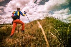 登山家步行的腿在山的 免版税库存照片