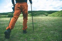 登山家步行的腿在山的 免版税图库摄影