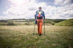 登山家步行的腿在山的 免版税库存图片