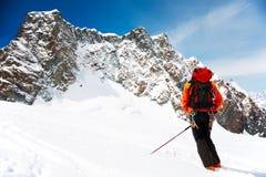 登山家滑雪 免版税库存照片