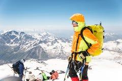 登山家的画象在上升的山的专业齿轮变老了 库存图片