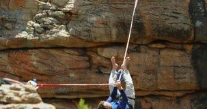 登山家秋天,当平衡在绳索4k时 股票视频