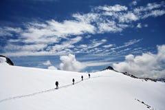 登山家高加索上升的山 库存照片