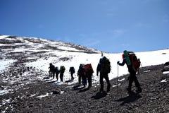 登山家高加索上升的山 库存图片