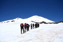 登山家高加索上升的elbrus 库存图片