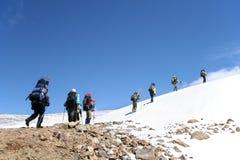 登山家高加索上升的山 免版税库存图片