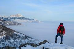 登山旅行在12月;有雾昼夜平分点的时间,迷雾山脉 库存照片