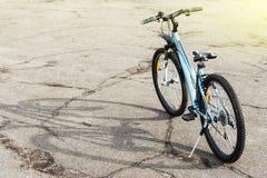 登山车在一条粗砺的路 好晴天 免版税库存照片