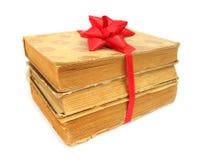 登记作为与红色弓的礼品被包装的老葡萄酒 库存图片