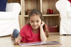 登记女孩家庭读取年轻人 库存图片