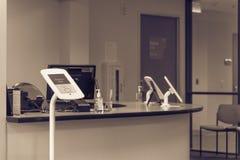 登记报亭片剂在诊断测试服务台  库存照片