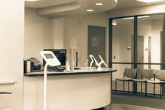 登记报亭片剂在诊断测试服务台  免版税库存照片