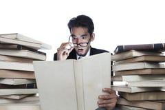 登记震惊的生意人读取 免版税库存照片