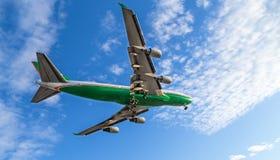 747登陆在温哥华国际机场的绿色和白色在一个晴天 免版税库存图片