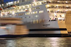 登陆在轮渡口岸分裂的船 免版税图库摄影
