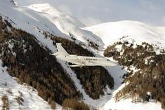 登陆对多雪的山的圣盛生机场的一个私人喷气式飞机在阿尔卑斯瑞士 免版税库存照片