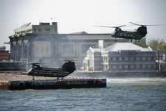 登陆海军陆战队员的直升机 库存图片
