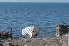 登陆的白色划艇 免版税图库摄影