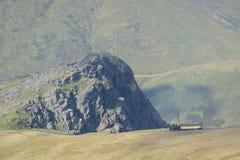 登高对登上斯诺登山山顶的斯诺登山山铁路的蒸汽火车  库存图片