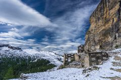 白云岩与第一次世界大战废墟的山风景 图库摄影