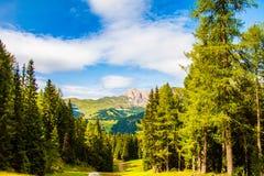 白云岩和绿色山谷的山的令人惊讶的全景 免版税图库摄影