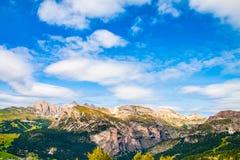 白云岩和绿色山谷,意大利的令人惊讶的看法 免版税库存照片