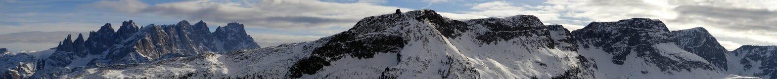 白云岩山全景在意大利 免版税库存图片
