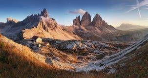 白云岩山在日落的意大利- Tre Cime di Lavaredo 免版税库存照片