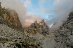 白云岩山岩石峭壁塔在云彩的, Dolomiti di Brenta 免版税图库摄影