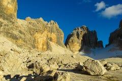 白云岩山岩石峭壁塔在通行证, Dolomiti di Brenta上的 免版税库存照片