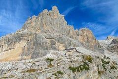 白云岩山岩石峭壁塔在通行证, Dolomiti di Brenta上的 免版税库存图片