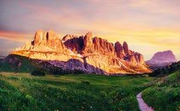 白云岩横向山路 库存图片