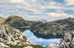 白云岩的湖 免版税库存图片