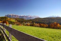 白云岩的秋天草甸 库存图片