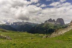 白云岩的青山与Sassolungo断层块的b的 库存图片