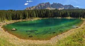 白云岩的Carezza湖, Val Di法萨,南蒂罗尔,意大利 免版税库存照片